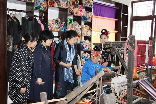 民建黔东南州委邀请专家考察指导妇女手工扶贫工作